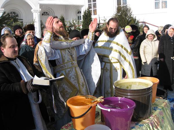 Освящение воды на дворе Свято-Покровского храма