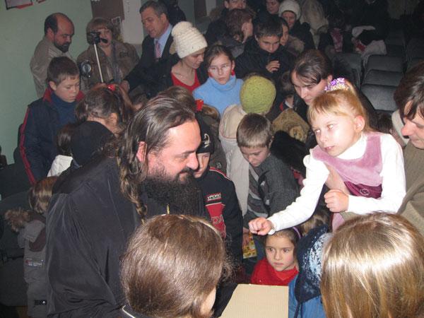 Дети получили подарки из рук священников